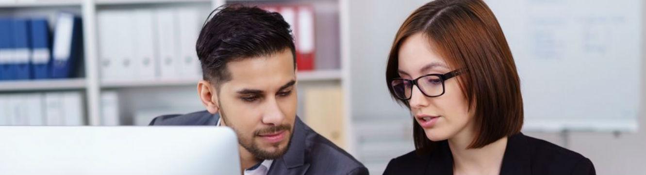 Deux professionnels échangent sur un projet