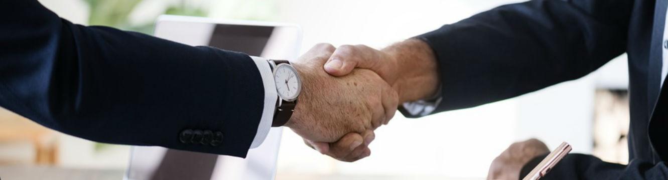 Collaboration de deux hommes se serrant la main