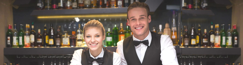 Deux barmans derrière le comptoir
