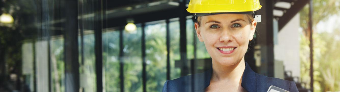 Une femme avec un casque de chantier