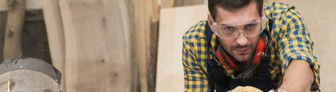 Un charpentier travaille dans son atelier